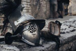 Helm, Schwert und Bandage eines Thrakers (Gladiator)