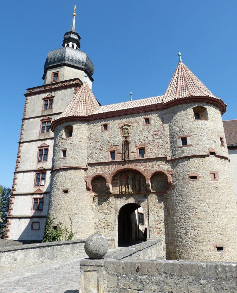 Das mächtige Scherenberg-Tor der Festung Marienberg