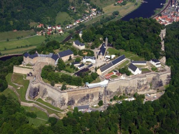 Luftbild der Festung Königstein im Elbsandsteingebirge süd-östlich von Dresden
