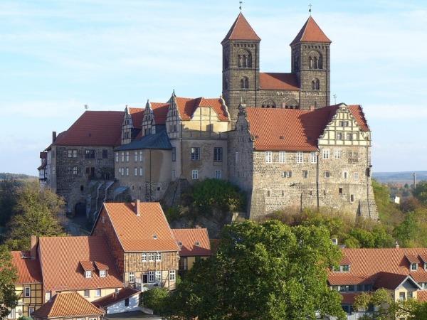 Heinrich I. wurde im Stift Quedlinburg bestattet.