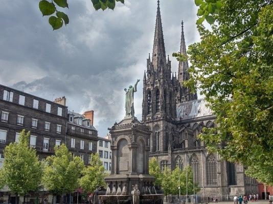 Denkmal für Papst Urban II. vor der Kathedrale von Clermont