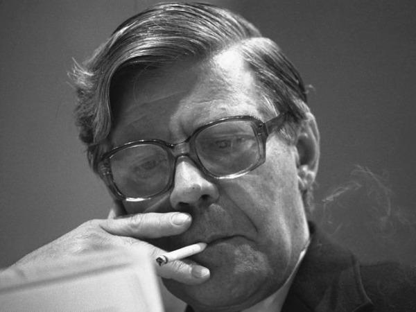 Helmut Schmidt mit Zigarette