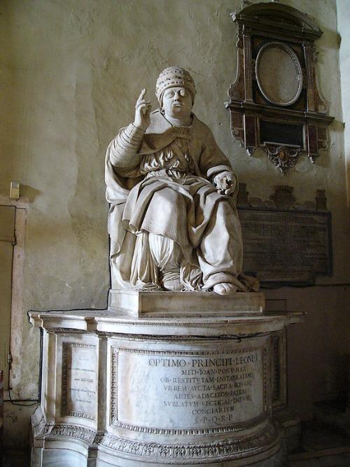 Papst Leo X. Statue